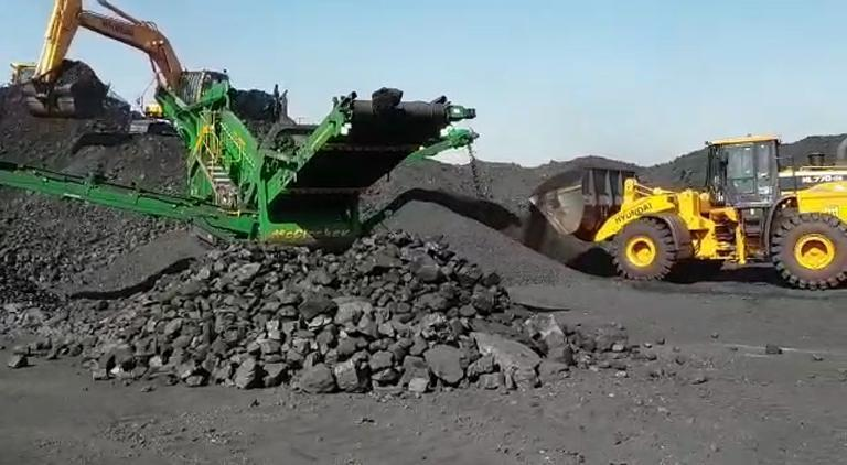 Hyundai HL770-9S wheel loaders and an R260LC-9S excavator